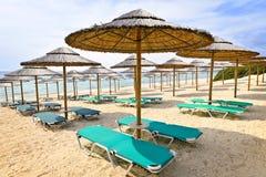 Parasoles de playa en la costa arenosa Foto de archivo libre de regalías