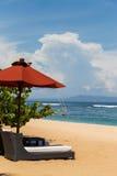 Parasoles de playa en una playa hermosa en Bali Fotos de archivo libres de regalías