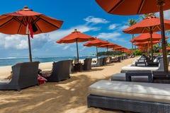 Parasoles de playa en una playa hermosa en Bali Fotografía de archivo libre de regalías