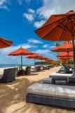 Parasoles de playa en una playa hermosa en Bali Foto de archivo libre de regalías
