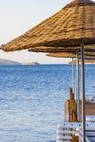 Parasoles de playa de madera en la playa Fotografía de archivo