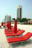 Parasoles de playa rojos Fotografía de archivo
