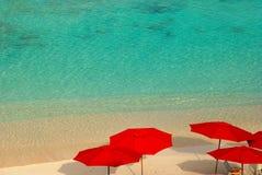 Parasoles de playa rojos Fotografía de archivo libre de regalías