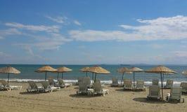Parasoles de playa y sillas Imágenes de archivo libres de regalías