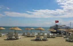 Parasoles de playa y sillas Fotografía de archivo libre de regalías