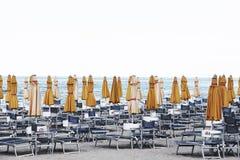 Parasoles de playa y sillas, casa de baños Fotos de archivo libres de regalías