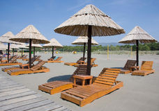 Parasoles de playa y sillas de salón Imagen de archivo libre de regalías