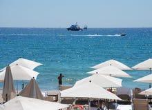 Parasoles en la playa Imágenes de archivo libres de regalías