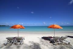 Parasoles en la playa de Mont-Choisy, isla de Mauricio Fotos de archivo