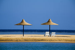 Parasoles en una playa por la mañana Fotos de archivo