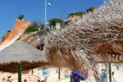 Parasoli della spiaggia di Falesia fotografie stock libere da diritti