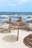 Parasoli di foglia di palma sul puntello di mare Fotografia Stock Libera da Diritti
