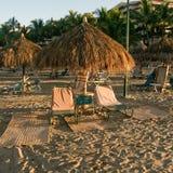 Parasoli e loungers sulla spiaggia fotografia stock libera da diritti