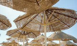 Parasoli egiziani sulla spiaggia Fotografie Stock Libere da Diritti