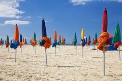 Parasoli, spiaggia di Deauville, Normandia Francia, Europa immagine stock libera da diritti