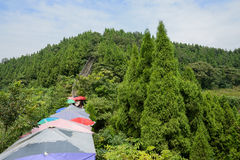Parasoli variopinti sulla parete antica del fianco di una montagna di estate soleggiata Immagini Stock Libere da Diritti
