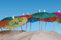 Parasoli variopinti sulla sabbia fotografia stock