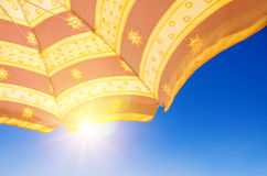 Parasoll under solen Arkivbilder