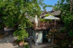 Parasoller på terrassen av kinesiska traditionella byggnader i soligt s Royaltyfria Bilder