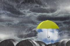 Parasolowy czyści Dżdżystego niebo zdjęcie stock