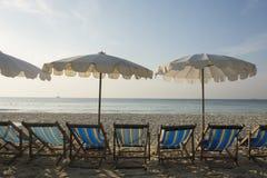 Parasolowy i plażowy krzesło na plaży Obrazy Royalty Free