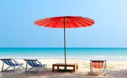 Parasolowy i plażowy krzesło na tropikalnej plaży Obraz Stock