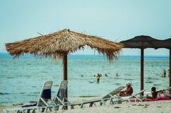 Parasolowy kamyshi na plaży zdjęcia stock