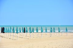 Parasols στην παραλία σε Giulianova στοκ φωτογραφίες με δικαίωμα ελεύθερης χρήσης