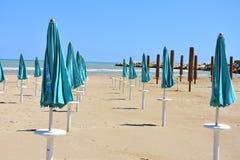 Parasols στην παραλία σε Giulianova στοκ φωτογραφία με δικαίωμα ελεύθερης χρήσης