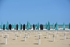 Parasols στην παραλία σε Giulianova στοκ εικόνες με δικαίωμα ελεύθερης χρήσης