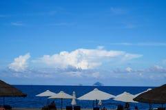 Parasols blancs sur la plage de Nha Trang photographie stock libre de droits