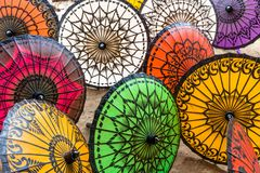 Parasols brillamment colorés et main-ouvrés à vendre dans Myanmar Images libres de droits