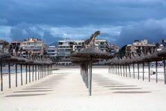 Parasols de paille avec des ombres. Image libre de droits
