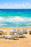 Parasols en zonlanterfanters op strand Ionische Overzees, de Peloponnesus, Griekenland Stock Foto's