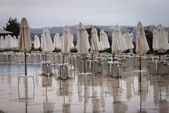 Parasols et chaises de jardin fermés pendant la saison photo stock