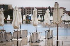 Parasols et chaises de jardin fermés pendant la saison photos libres de droits