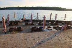 Parasols fermés sur la promenade de bord de la mer de Rab City, sur Rab Island, la Croatie images libres de droits