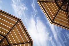Parasols op een bewolkte hemel royalty-vrije stock fotografie