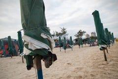 Parasols op het strand Royalty-vrije Stock Foto's