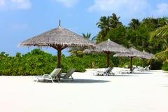 Parasols op het strand van de Maldiven Stock Afbeelding