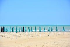 Parasols przy plażą w Giulianova zdjęcia royalty free