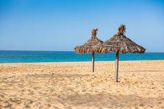 Parasols przy Santa Maria wyrzucać na brzeg w Sal wyspie - przylądek Verde, Cabo - obrazy royalty free