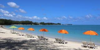 Parasols sur la plage de Mont-Choisy, île des Îles Maurice Image libre de droits