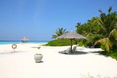 Parasols sur la plage des Maldives Photos libres de droits