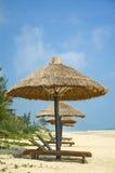 Parasols sur la plage idyllique Photos stock