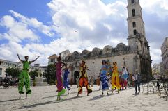 Parata dei danzatori nella plaza di Avana. NOVEMBRE 2008 Immagine Stock