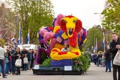 Parata del fiore della lampadina di Bloemencorso nel Hoofdstraat in Sassenheim fotografia stock libera da diritti