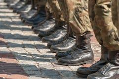 Parata dell'esercito - soldati che stanno in uniforme militare del cammuffamento Fotografia Stock