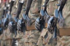 Parata dell'esercito - soldati muniti in uniforme militare del cammuffamento Fotografia Stock