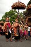 Parata della gente di balinese con l'ombrello Fotografie Stock